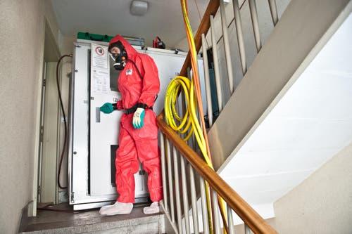 Bevor die Asbest-Spezialisten die Wohnung betreten, müssen sie eine Schleuse passieren. (Bild: Boris Bürgisser/ Neue LZ)
