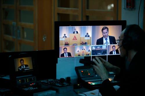 Die GV wird auf Grossleinwand und im Internet übertragen. (Bild: Stefan Kaiser / Neue ZZ)