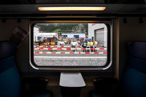 Dieses Fenster ist ein Zeitfenster: Man blickt auf die Gotthard-Pferdepost, die einst über die Passstrasse preschte. (Bild: Alexandra Wey / Keystone)