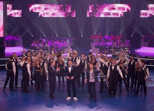 Was dem Bieber seine Beliebers, sind dem Hänni seine Fännis: Luca Hänni nach der ersten Runde mit den BML Talents am Kampf der Orchester. Später gewinnt die Luzerner Band mit ihm die Show. (Bild: Mirco Rederlechner / SRF)
