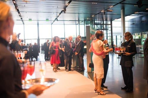 Lucerne Festival: Zu sehen ist der Empfang, wo Michael Häfliger die Gäste begrüsst. (Bild: Roger Grütter)