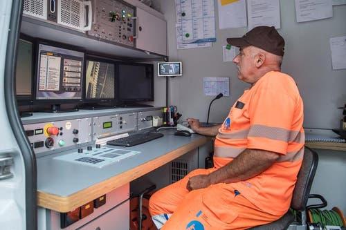 Walter Scheuber steuert über die Monitore den Roboter durch die Kanalisation. (Bild: Boris Bürgisser (Neue LZ))