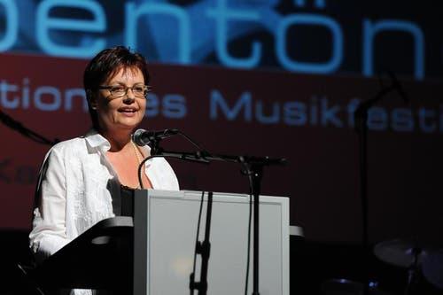 Gemeindepräsidentin Christine Widmer Baumann bei ihrer Begrüssung im Theater Uri. (Bild: Urs Hanhart)