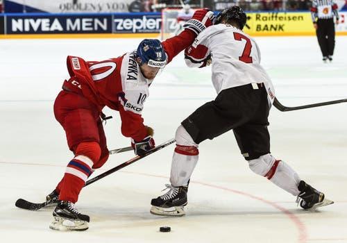 Roman Cervenka aus Tschechien (L) in Aktion gegen den Schweizer Mark Streit. (Bild: FILIP SINGER)