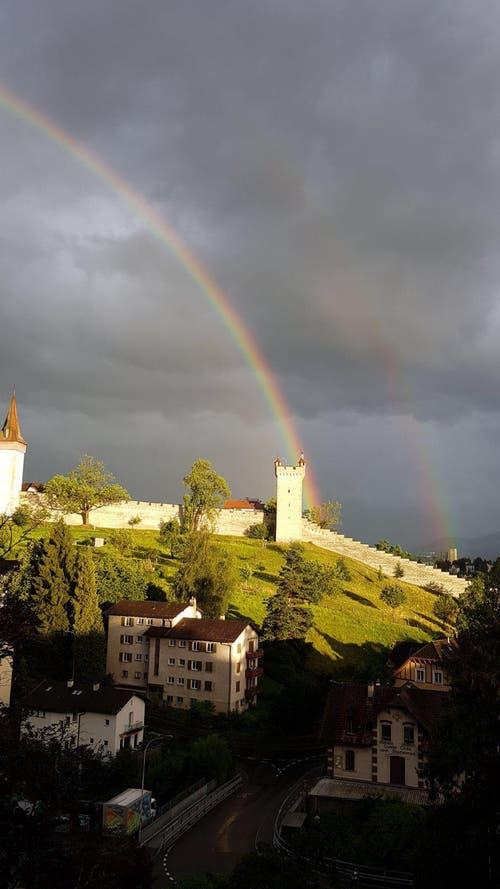 Toller Regenbogen über den Museggmauern (Bild: Cristina Bravo)
