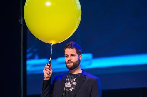Der Initiant Andreas Boppart mit einem experimentiert «Glaubensballon» (Bild: Philipp Schmidli / Neue LZ)