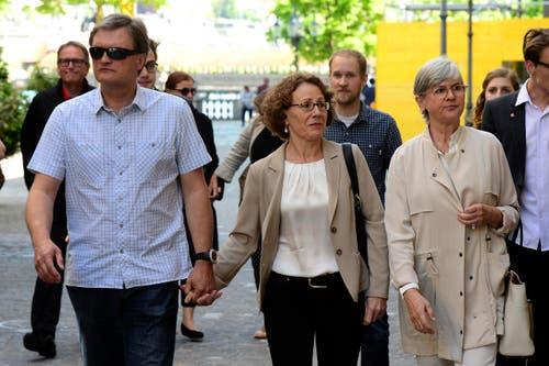 Felicitas Zopfi (mitte) mit ihrem Mann Stefan und der zurücktretenden Yvonne Schärli. (Bild: Keystone)