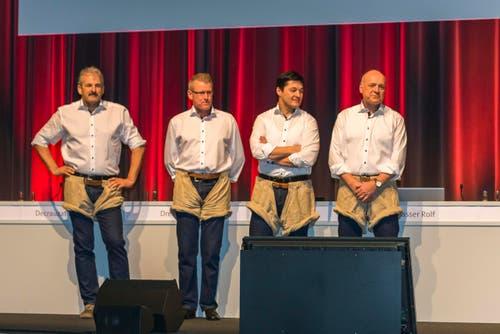 8. März: Jetzt ist es amtlich: Zug ist 2019 Gastgeber für das Eidgenössische Schwingfest. Die Abgeordneten gaben in Basel grünes Licht. Für die Präsentation stiegen unter anderem Harry Knüsel (links), der bisher einzige Schwingerkönig der Innerschweizer, und der Zuger Landammann Heinz Tännler (2. von links) in die Schwinghosen. (Bild: Andreas Busslinger)