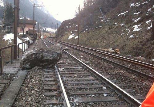 12. März 2012: Ein Teil des Felssturzes landet auf den Gleisen. (Bild: SBB)