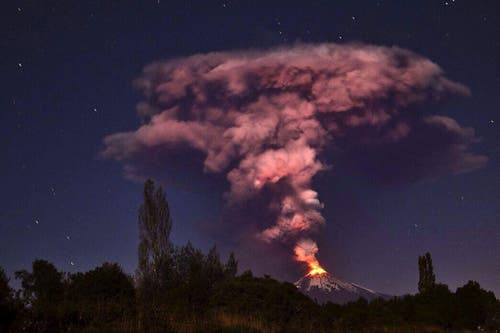 Der Vulkan Villarrica, 750 Kilometer südlich von Santigao de Chile, bricht aus. Über 4000 Menschen mussten wegen der Gefahr von Überschwemmungen evakuiert werden. (Bild: EPA / Ariel Marinkovic)
