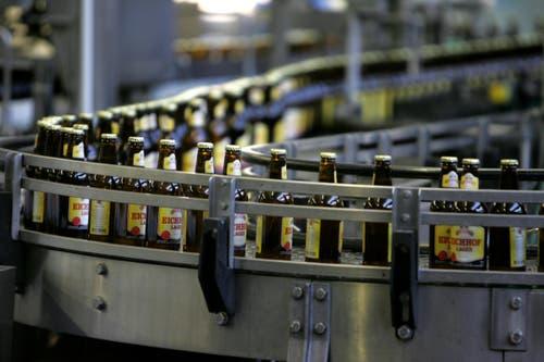 Nun hat es die Heineken Switzerland AG getroffen: Ein Lastwagenchauffeur hat über einen Zeitraum von zwei Jahren Bier geklaut und weiterverkauft. Die Schadensumme beläuft sich auf 13'500 Franken. Ermittlungen gegen weitere Fahrer laufen. (Bild: Archiv Neue LZ / Symbolbild)