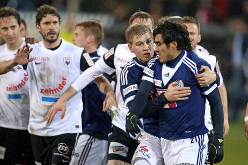 Ex-FCL-Spieler Florian Stahel (links) muss Dario Lezcano im Spiel gegen Aarau am 15. Februar 2014 beruhigen. (Bild: Philipp Schmidli)