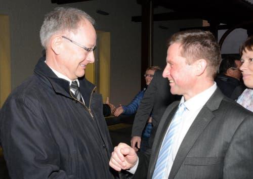 Regierungsrätlichen Trost für den fairen Verlierer: Hans Wallimann und André Windlin. (Bild: Romano Cuonz / Neue NZ)