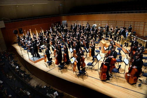29. Januar: Der israelische Dirigent Israel Yinon (59) bricht auf der Bühne zusammen und stirbt. Das Bild zeigt den Dirigenten bei seinem letzten Konzert mit der Jungen Philharmonie Zentralschweiz. (Bild: Nadia Schärli / Neue LZ)