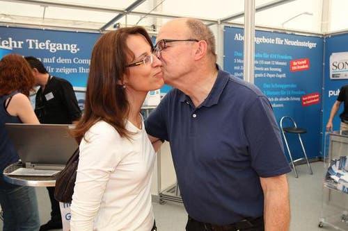 Die Obwaldner Regierungsrätin Esther Gasser begrüsst den Nidwaldner Regierungsrat Gerhard Odermatt. (Bild: Roger Zbiden / Neue LZ)