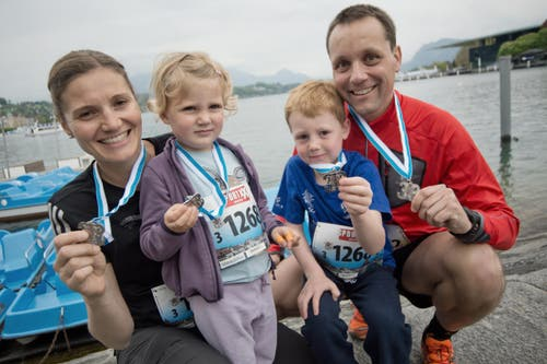 Vier Stadtlauf-Medaillen für die Krienser Familie Noverraz, von links: Mutter Andrea, Alexia, Matias, Vater Christophe. (Bild: Pius Amrein / Neue LZ)