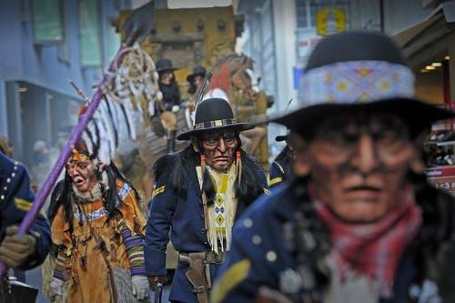 09.02.2013: Sie haben neuen Wind in die Luzerner Fasnacht gebracht: Die Kult-Ur-Fasnächtler mit feierten mit einem Umzug den 20. Geburtstag. Dabei verkörperten die «Rätschhäxe» (Bild) indianische Fährtensucher, die von den Nordstaatlern gegen den Süden eingesetzt wurden. (Bild: Pius Amrein / Neue LZ)