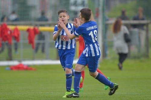 Zwei Spieler des Hertha BSC Berlin jubeln nach einem Tor im Spiel gegen den FC Thun. (Bild: Martin Meienberger)