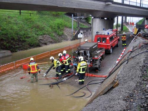 28. April: Die SBB-Strecke zwischen Rotkreuz und Cham war wegen einer Überschwemmung unterbrochen. Tausende Pendler kamen zu spät zur Arbeit. (Bild: FFZ)