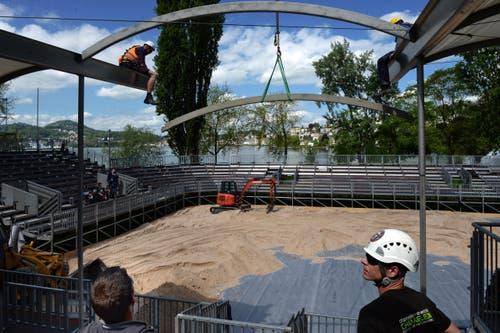Aufbauarbeiten am 7. Mai für das VIP-Zelt. (Bild: Nadia Schärli / Neue LZ)