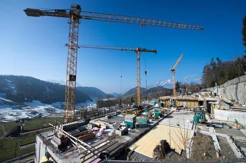 13.02.2015: Bis zu 500 Planer und Arbeiter stehen derzeit auf der Grossbaustelle auf dem Bürgenstock im Dauereinsatz. (Bild: Eveline Beerkircher / Neue LZ)