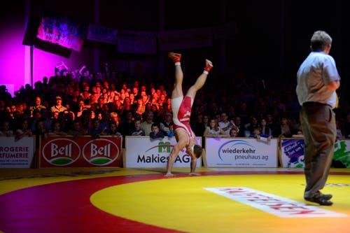 Stefan Reichmuth macht nach seinem gewonnen Kampf gegen Alen Kacinari vor den Willisau fans einen Rückwärtssalto. (Bild: Dominik Wunderli / Neue LZ)
