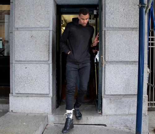 Der Schweizer NBA-Star Thabo Sefolosha bricht sich bei einem Polizeieinsatz das Wadenbein. Nach einem langen Prozess wird er freigesprochen und verklagt stattdessen die Stadt New York und die Polizei auf Schadenersatzklage. (Bild: AP / Craig Ruttle)