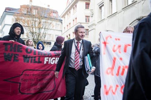 Regierungsrat Marcel Schwerzmann kommt vor dem Regierungsgebäude an. (Bild: Manuela Jans-Koch)
