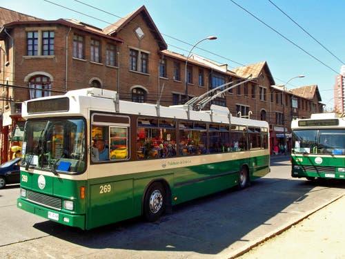 15. April: Ausgediente Busse der Verkehrsbetriebe Luzern (VBL) erhalten ein zweites Leben in Chile. Insgesamt zehn ausgemusterte Trolleybusse mit Jahrgang 1989 sind auf den Strassen von Valparaíso in Chile unterwegs – neu mit grüner statt blauer Lackierung. (Bild: PD)