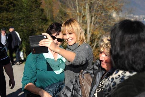 Sängerin Francine Jordi schiesst auch – aber nur Selfies. (Bild: Urs Hanhart (Neue UZ))
