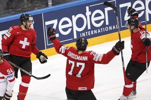 Der Schweizer Matthias Bieber (links) feiert sein Goal mit den Teamkollegen Robin Grossmann (Mitte) und Simon Bodenmann (rechts) nachdem er das 3:2 erzielt hat. (Bild: Keystone / Salvatore Di Nolfi)