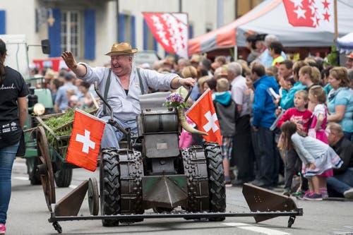 """Die Gruppe """"Freunde alter Landmaschinen aus Entlebuch"""" beim Umzug am Sonntag. (Bild: Keystone/ALEXANDRA WEY)"""