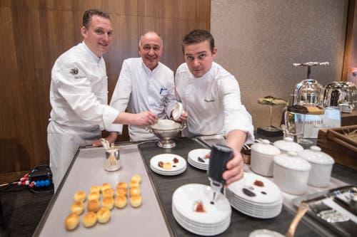 Anrichten für die Gäste: Mike Wehrle, Culinary Director, 3-Sterne-Koch Marc Haeberlin und Bertrand Charles, Chef de Cuisine des Ritz Coffier (von links). (Bild: Urs Flüeler / Keystone)
