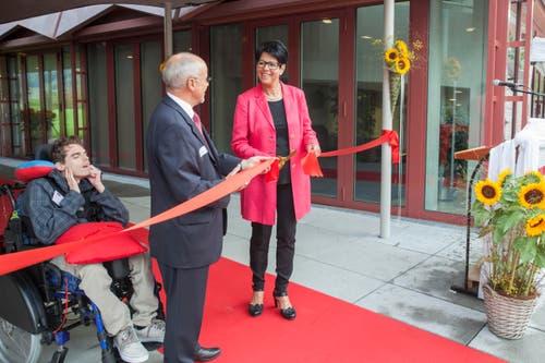 Nach zwei Jahren Bauzeit konnte die neue Tagesstätte am 17. September offiziell eingeweiht werden. Regierungsrätin Yvonne von Deschwanden und Stiftungsratspräsident Gerhard Reichlin durchschneiden das rote Band und eröffnen den Tag der offenen Tür. (Bild: PD)