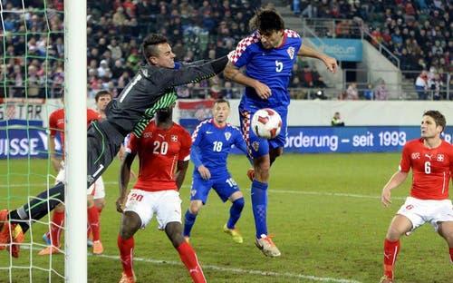 Benaglio wehrt gegen die Kroatischen Angreifer ab. (Bild: Keystone)