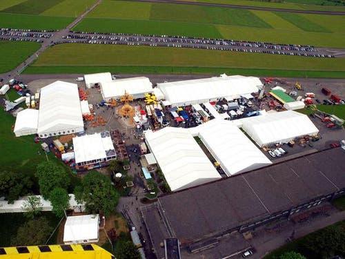 Über 10'000 Besucher und 2500 Autos auf dem Flugplatz Buochs am ersten Tag der Gewerbeausstellung Iheimisch. (Bild: Robert Mäder / Neue NZ)