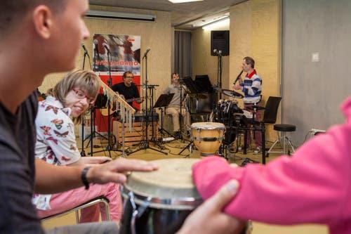 In der neuen Tagesstätte ist ein grosses Musikzimmer eingerichtet. Gezielt wird das musikalische Potential der Behinderten gefördert. Sie entwickeln dabei durch das gemeinsame Musizieren Selbstdisziplin und Konzentrationsfähigkeit. (Bild: PD)
