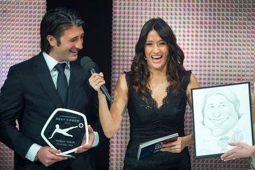 27. Januar: Im Luzerner KKL hat die erste «Award Night» der Swiss Football League stattgefunden. Einer der Preisträger war auch Murat Yakin. >Er bekommt den Preis für den besten Trainer, hier neben Moderatorin Melanie Winiger, rechts eine Karikatur von Yakin. (Bild: Keystone)