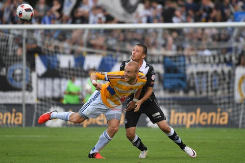 Luganos Goran Jozinovic (rechts) kämpft um den Ball gegen Luzerns Marco Schneuwly. (Bild: Keystone / Gabriele Putzu)
