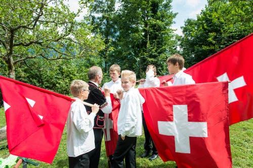 1. August Feier auf dem Rütli: Junge Fahnenschwinger bereiten sich auf Ihren Auftritt vor. (Bild: Roger Grütter / Neue LZ)