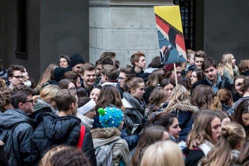 Gekommen waren zumeist junge Schülerinnen und Schüler. (Bild: Keystone / Alexandra Wey)