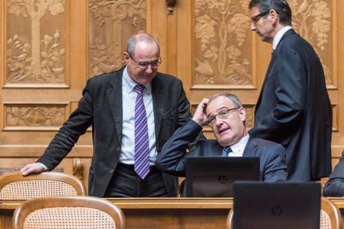Bundesratskandidat Guy Parmelin, rechts, diskutiert mit Ständerat Claude Janiak, SP-BS. (Bild: LUKAS LEHMANN)