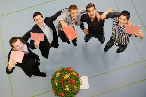 4. Juli 2013: Viele Lernende durften anfangs Juli ihre Lehrabschluss-Diplome entgegennehmen. Hier im Bild: Reto Wolfisberg, Adrian Liem, Marc Albisser, Alessandro Bertoldo und Adrian Haas. Sie alle haben den Lehrabschluss im Bereich Gebäudetechnik erlangt. (Bild: Boris Bürgisser / Neue LZ)