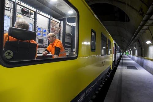 Laut der Bauherrin, der AlpTransit Gotthard AG, verliefen die Testfahrten im längsten Eisenbahntunnel der Welt im Grossen und Ganzen bislang problemlos. (Bild: Keystone / Alexandra Wey)