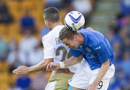 24. Juli: Der FC Luzern spielte in der Europa League Partie gegen St. Johnstone aus Schottland. Im Bild: Luzerns Remo Freuler (hinten) gegen Steven Maclean. (Bild: Keystone)