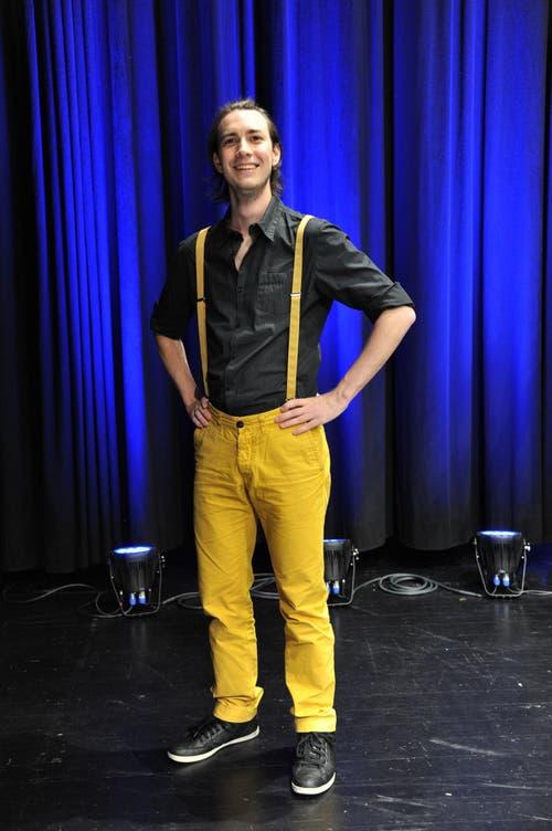Samuel Herger, 22, Technische Berufsmaturität, Schattdorf: «Meine Lieblingsfarbe ist gelb, deshalb ich mich für gelbe Hosen und Hosenträger entschieden. Meine Mutter hat mir vor der Lehrabschlussfeier gesagt, dass ich gut aussehe. Viele Reaktionen habe ich aber nicht erhalten. Meine Kollegen sind sich gewohnt, dass ich mich manchmal speziell anziehe – seien es farbigen Hosen oder ein spezieller Aufdruck auf dem T-Shirt. Ich kleide mich nach Lust und Laune und kann auch gut mit simplen Jeans leben.» (Bild: Urs Hanhart / Neue UZ)