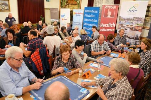 Konzentriert bei der Sache: Jassen an der 10. Vorausscheidung im Restaurant Ochsen in Luzern-Littau (11. November). (Bild: Claudia Surek)