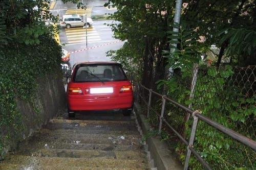 Spektakulärer Unfall: Ein 28-Jähriger rollte am 14. September 2008 mit diesem Auto beim Wenden die Schlossbergtreppe in Luzern hinunter. Nach 30 Metern blieb das Auto in der Mitte der Treppe stehen. (Bild: pd)