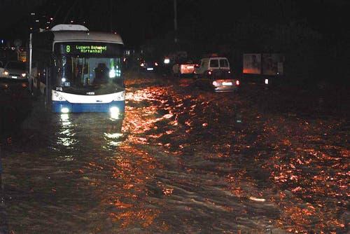 Ein Bus der vbl kämpft sich durch die Wassermassen. (Bild: Leser Michael Osborne)