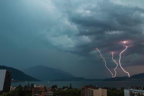 Gewitter über Zugersee (Bild: Leser Erich Weiss)